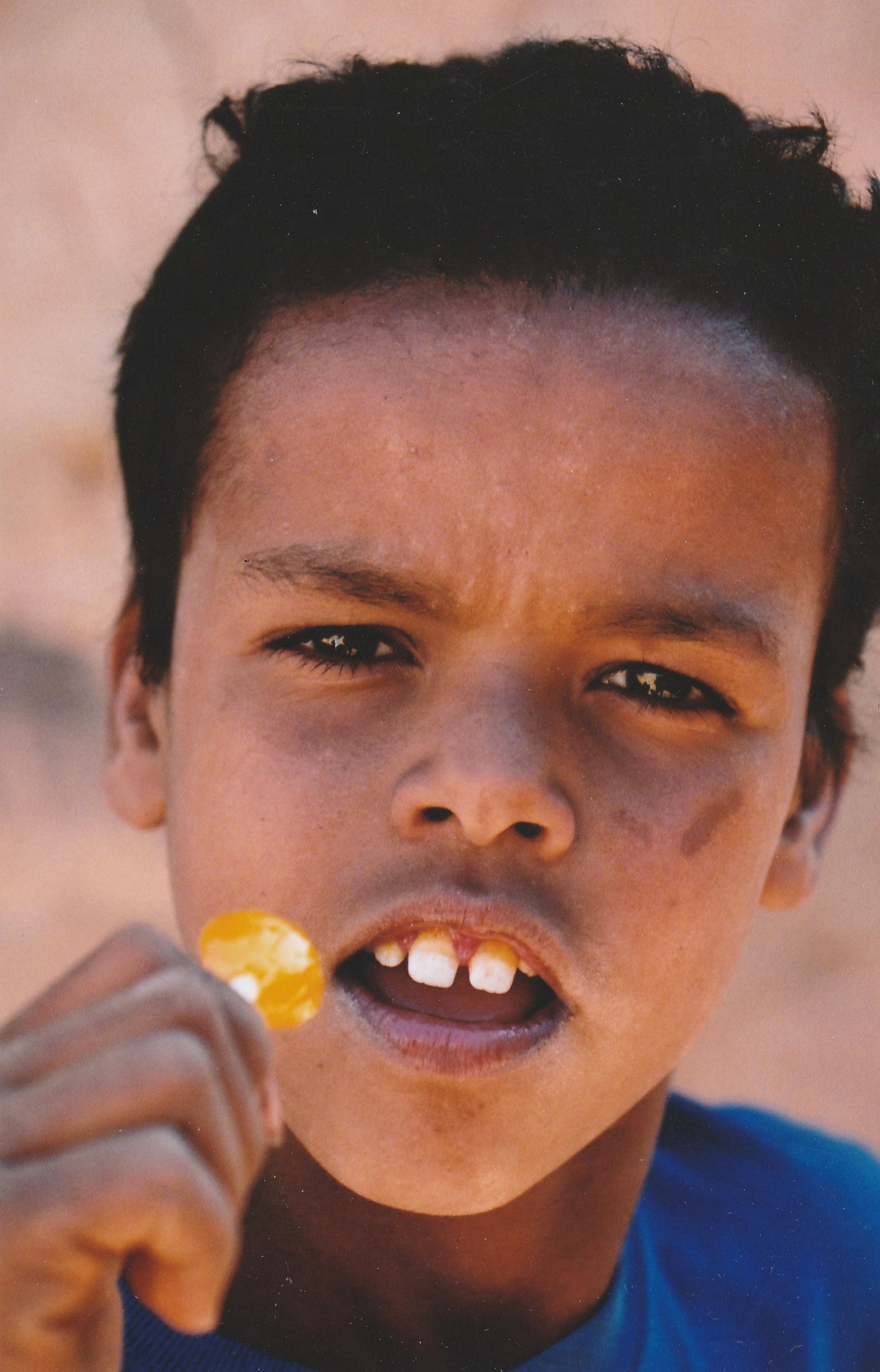 Mauritanie enfant de ouadane a la sucette